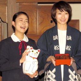 波瑠は「うなぎ&法被」を贈られてニッコリ(左は高畑充希)