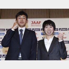 リオ五輪マラソン代表に決まり、会見する佐々木(左)と伊藤両選手