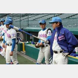 練習で指示を出す花咲徳栄の岩井隆監督