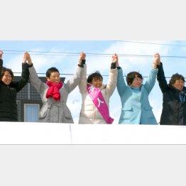 """北海道5区補選でも安倍を追い詰める(中央が""""統一候補""""の池田真紀氏)"""