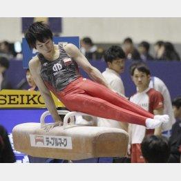 全日本体操選手権男子個人総合予選であん馬の演技を行う萱和麿