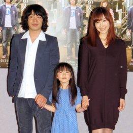 (右から)麻生久美子、住田萌乃、「銀杏BOYZ」の峯田和伸