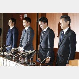 違法カジノ店で賭博行為をした問題で記者会見するNTT東日本バドミントン部の田児賢一選手(左から2人目)と桃田賢斗選手(右から2人目=左端は奥本部長、右端は榊原総務人事部長)