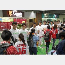 試合前に熊本地震の募金活動を行った巨人坂本(左)ら