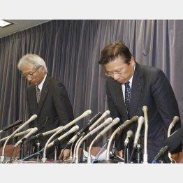 会見で謝罪する三菱自動車の相川社長(右)