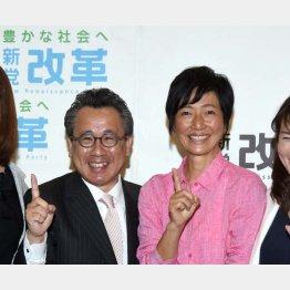 新党改革から東京選挙区で出馬する女優の高樹沙耶(荒井議員と)