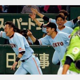 サヨナラ勝ちで喜ぶ菅野(中央)