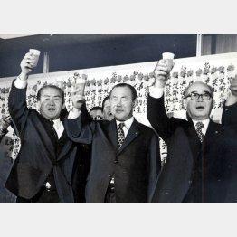 左から鈴木善幸、田中角栄、橋本登美三郎の各氏
