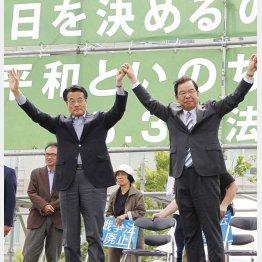 「有明反安倍4万人護憲派集会」での民進党の岡田代表(左)と日本共産党の志位委員長