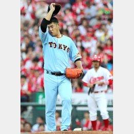 二回に鈴木に本塁打を打たれ、汗をぬぐう大竹