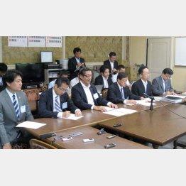 「期限は言えない」と語った平岡専務理事(左から3人目)
