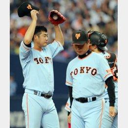 今季初勝利を挙げた大竹(左)と尾花コーチ