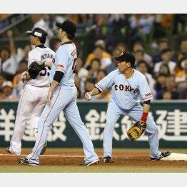 脇谷(右)が投ゴロの送球をポロリ