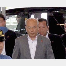 15日午前、登庁した舛添都知事