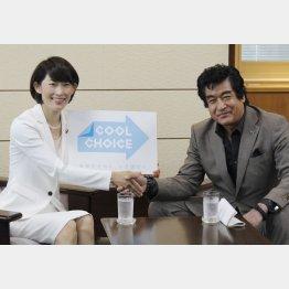 藤岡弘、と握手を交わす丸川大臣