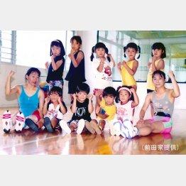 幼少期の前田(前列左から3人目。両脇は親友の仲谷さん兄弟)