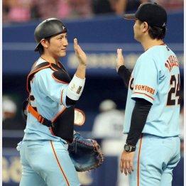 高橋監督(右)とタッチを交わす小林