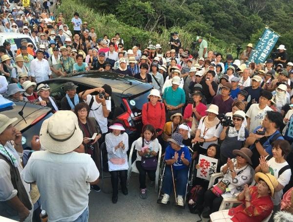 沖縄・東村高江でヘリパッド建設反対を訴える住民ら(C)日刊ゲンダイ