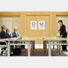 移転反対派との会談前に挨拶する小池都知事(C)日刊ゲンダイ