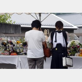 「津久井やまゆり園」に献花に訪れる人たち