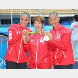 井村コーチ(央)の誕生日をメダルで祝った乾・三井ペア