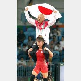 登坂に担がれ万感の表情の栄監督(C)真野慎也/JMPA