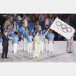 閉会式で五輪旗を受け取る小池百合子東京都知事