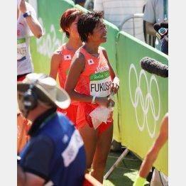 リオ五輪女子マラソンでゴール後、笑顔で取材を受ける福士