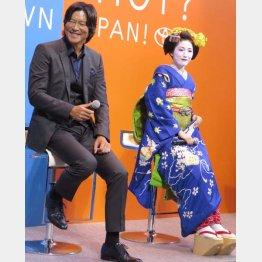 豊川悦司(左)とAKB48渡辺麻友