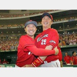 10日の優勝後、新井(右)と抱き合う菊池