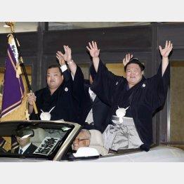 笑顔でパレードする豪栄道(C)日刊ゲンダイ