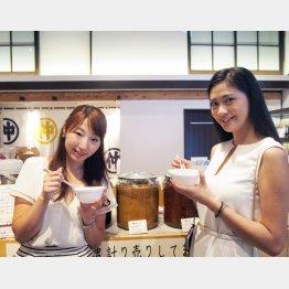 できたて味噌でだし茶漬け(峰村醸造)。新潟をPRする高橋遥さん(左)と山田彩乃さん