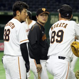 一軍練習に合流した岡本と話す高橋監督(央)と村田ヘッド