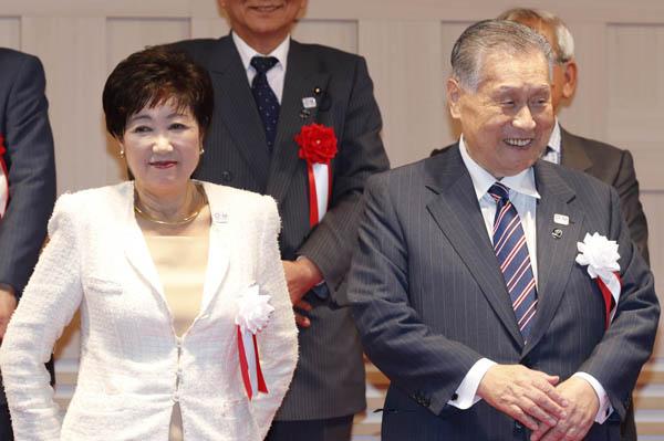 「施設見直し」で対立が続く知事と会長(C)日刊ゲンダイ