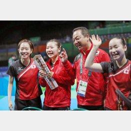 東京五輪は代表メンバーの顔ぶれが変わる?(左から石川、福原、村上監督、伊藤)