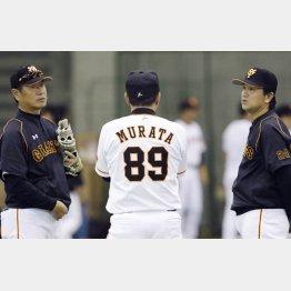 尾花投手コーチ(左)、村田ヘッドコーチ(中央)と話し合う高橋監督