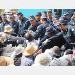 住民を強制排除する警察(沖縄・高江)