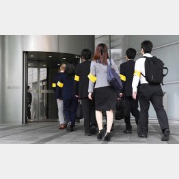 立ち入り調査のため、電通に入る東京労働局(C)共同通信社