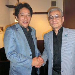 10日の出雲駅伝前日に握手を交わす原監督(左)と野々村氏