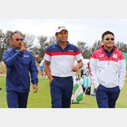 リオで練習ラウンドを行う池田勇太(中央)丸山茂樹ヘッドコーチ(右)と