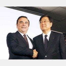 三菱自動車の益子社長(右)と同社会長を兼務することになったゴーンCEO