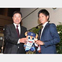 オリックスの福良監督(左)と写真に納まる東京ガスの山岡泰輔