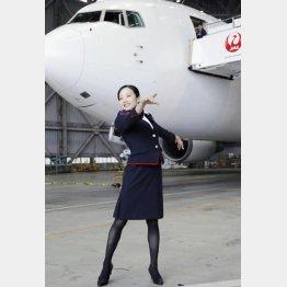 客室乗務員の制服姿でポーズをとる本田真凜