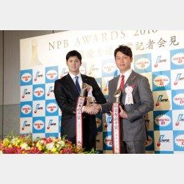 最優秀選手賞を受賞した日本ハム大谷と広島新井(右)