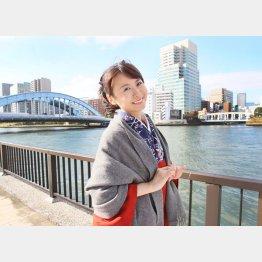 堀口茉純さん。左奥が永代橋。討ち入り時はもっと上流に架かっていた