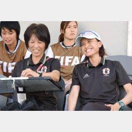 高倉麻子監督(右)と大部由美コーチ