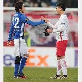 ザルツブルグFW南野(右)と握手する内田