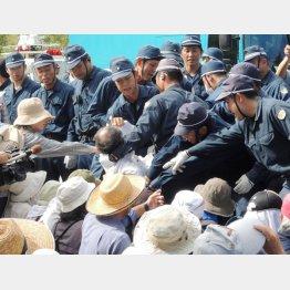 沖縄の高江ヘリパッド工事で住民を強制排除する警察