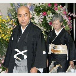 海老蔵と真央の結婚披露宴で、夫・團十郎と