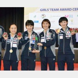 (左から)世界ジュニア選手権女子団体で優勝した伊藤美誠、平野美宇、加藤美優、早田ひな